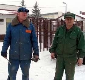 - Ciężko będzie teraz o nową pracę w okolicy - mówią Stanisław Piotrowski (z prawej) i Andrzej Pistor.