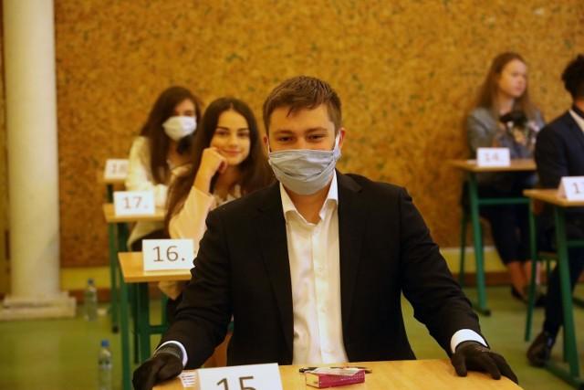 Egzamin maturalny 2020 jest wyjątkowy. Z powodu epidemii koronawirusa, uczniowie na maturę przychodzą w maseczkach