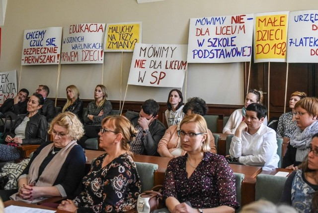 Radni przyjęli nową siatkę szkół. Nie obyło się bez krytyki reformy