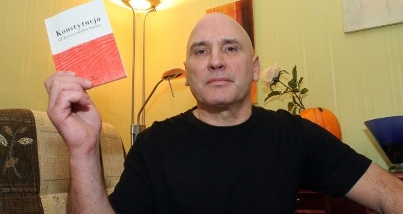 Lesław Maciejewski z zawodu jest malarzem budowlanym. Utrzymuje się z wynajmowania pomieszczeń.