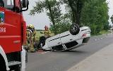 Wypadek w Lubomi. Kobieta zasnęła za kierownicą. Auto uderzyło w drzewo i dachowało