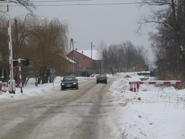 Po naszej interwencji, do Chmielowa pojechały służby drogowe, które rozbiły zalegający na torowisku lód.
