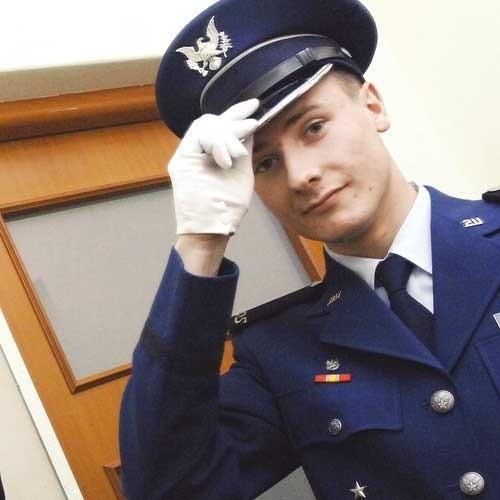 Spotyka się z oficerem lotnictwa