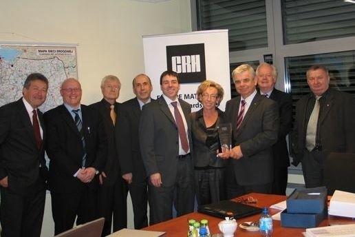 Nagrodę koncernu CRH prezentuje prezes Grupy Ożarów Andrzej Ptak