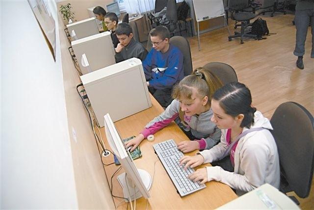 Coraz więcej ludzi ma dostęp do internetu, więc rośnie popularność e-usług. (fot. archiwum)