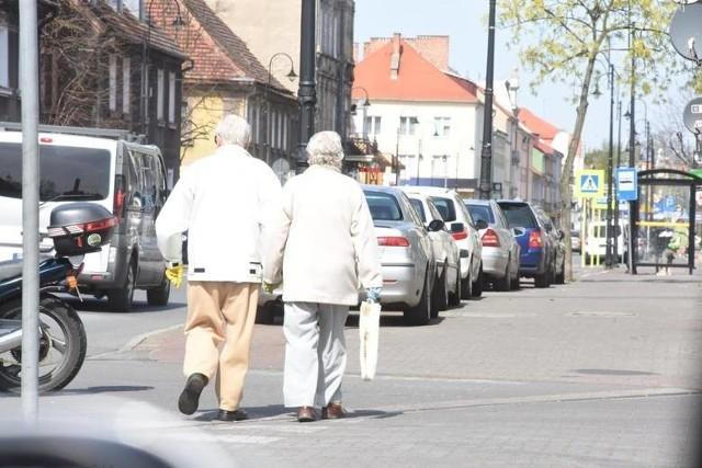 wy wiek emerytalny w 2021 roku. Nowe ustalenia i zasady co wieku emerytalnego. Jakie są pomysły na nowe emerytury? Według nowej propozycji rządu Polki mogłyby pobierać świadczenie emerytalne już po przepracowaniu 35 lat. Polacy, chcąc zyskać świadczenie, musieliby poświęcić lat więcej. To sprawi, że wiek emerytalny w Polsce się obniży. Zobacz, na czym polegać mają emerytury stażowe. Trwają pracę nad wprowadzeniem zmian w emeryturach.Czytaj dalej na kolejnym slajdzie