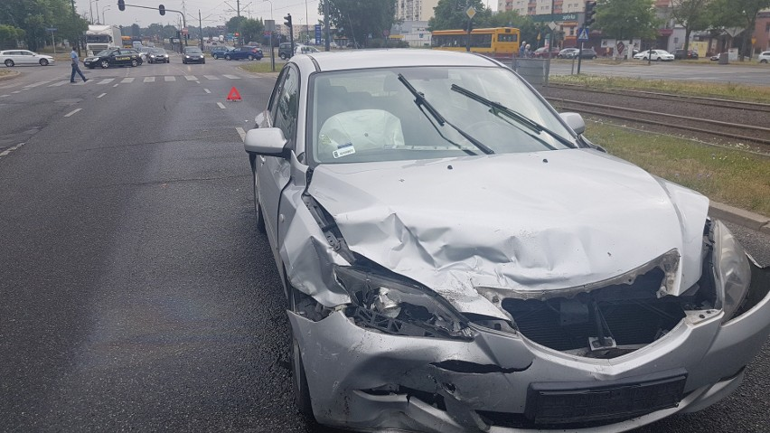 Wypadek taksówki i samochodu osobowego na skrzyżowaniu Puszkina i Wujaka w Łodzi