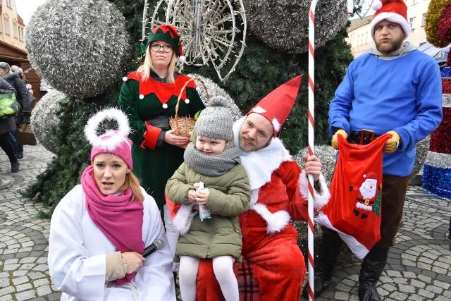Weekend w Nakle stał pod znakiem XII edycji Krajeńsko-Pałuckiego Festiwalu Haftu i Rękodzieła. Impreza trwała od soboty do niedzieli. Stragany z różnościami twórcy rozstawili na rynku w Nakle. Zainteresowanie było spore. Goście dopisali, zwłaszcza w sobotę, gdy  organizatorzy przygotowali dodatkowe atrakcje dla dzieci. W wiosce św. Mikołaja kto zatańczył, zaśpiewał lub odpowiedział na świąteczne pytanie otrzymywał bilet do mikołajkowego  kina oraz słodkości. Można było także  zrobić sobie pamiątkowe zdjęcie z Mikołajem i jego pomocnikami.LICZ SIĘ ZE ŚWIĘTAMI - MIKOŁAJ DO WYNAJĘCIA.