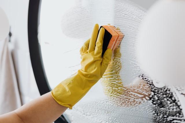 Akcesoria do sprzątaniaGąbkę, którą myjemy talerze, powierzchnie w kuchni, czy w łazience należy wyczyścić po użyciu.