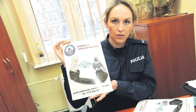 Liwia Chudzińska z Komisariatu Szczecin – Niebuszewo przygotowuje kolejną partię ulotek i plakatów, ostrzegających przed fałszywi krewnymi, które trafią do seniorów