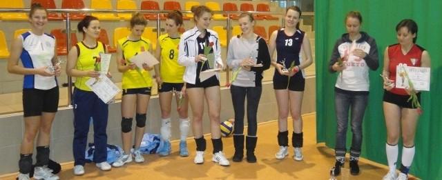 Uczestniczki turnieju siatkówki kobiet o puchar Przewodniczącego Rady Gminy w Fałkowie.