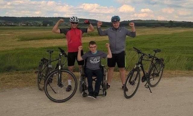 Rowerzyści Karol Wikłak i Bartek Kaczmarek swoją akcją zbierają pieniądze na leczenie Dawida Szpaka.