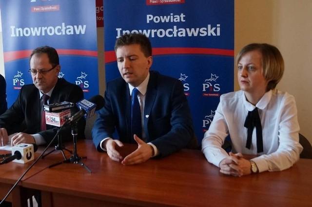 W miniony poniedziałek odbyła się konferencja prasowa z udziałem posła Łukasza Schreibera. Komitet Miejski PiS reprezentowali M. Basińska (po prawej) i Jerzy Gawęda (po lewej)