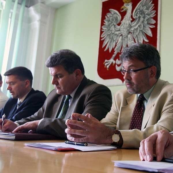 Podczas posiedzenia sztabu kryzysowego. Od lewej: wicewojewoda Dariusz Iwaneczko, marszałek Zygmunt Cholewiński i dyrektor WSS Bernard Waśko.