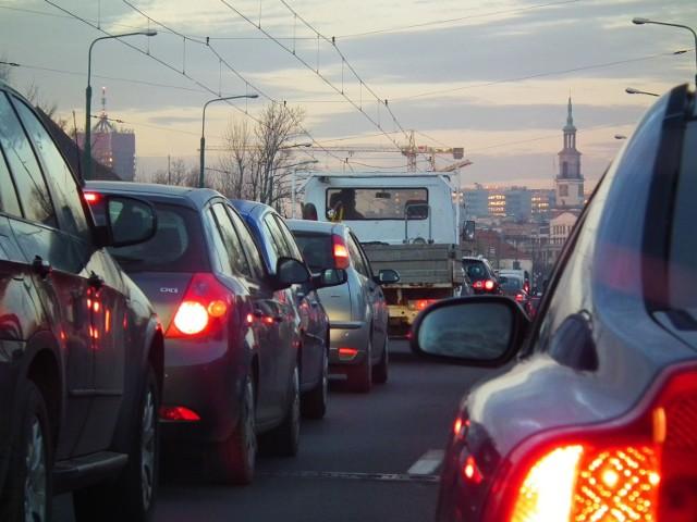 Radni PiS proponują, by w dniach, kiedy stężenie pyłu jest największe w Poznaniu, z darmowej komunikacji miejskiej mogli korzystać nie tylko kierowcy, ale także pasażerowie z ich samochodów