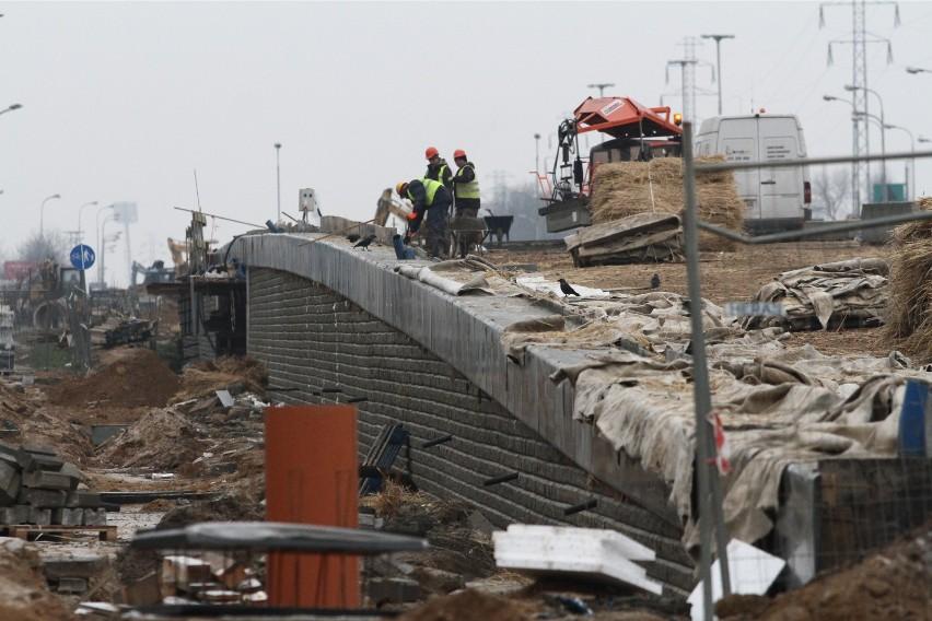 """We wnioskach przesłanych do rządu przez Łódź, znajdują się aż trzy dotyczące budowy estakad. Łódź dostała już w pierwszej edycji Funduszu Inwestycji lokalnych ponad 93 mln zł  na przeciwdziałanie skutkom gospodarczym epidemii koronawirusa covis-19.  """"Dotychczas przekazane środki to kropla w morzu potrzeb miasta, szczególniew sytuacji kiedy skutki pandemii mają tak ogromny wpływ na obniżenie dochodów miasta"""" – czytamy na stronie UMŁ . Magistrat podwyższenie wydatków z powodu pandemii, a także przez  """"obciążenie decyzjami rządu, jak podwyżka dla oświaty czy wzrost płacy minimalnej"""", szacuje w tym roku na 484 mln zł."""