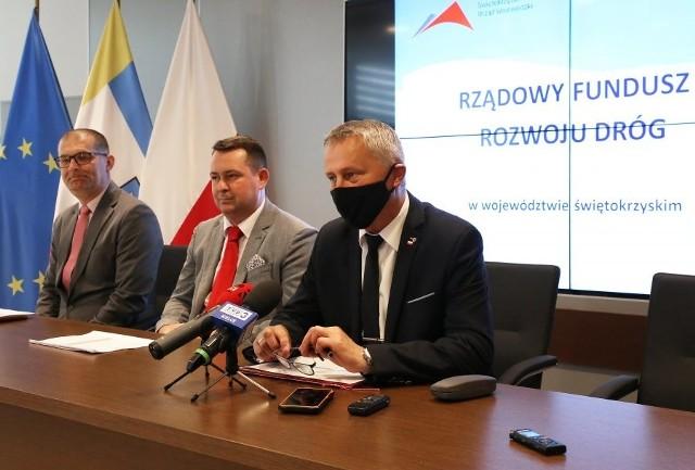 Wojewoda Zbigniew Koniusz podczas ogłaszania listy samorządów, które dostały dofinansowanie.