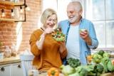 Zdrowa dieta seniora - aktualna piramida żywieniowa dla starszych osób. Przygotuj babci i dziadkowi listę najlepszych produktów