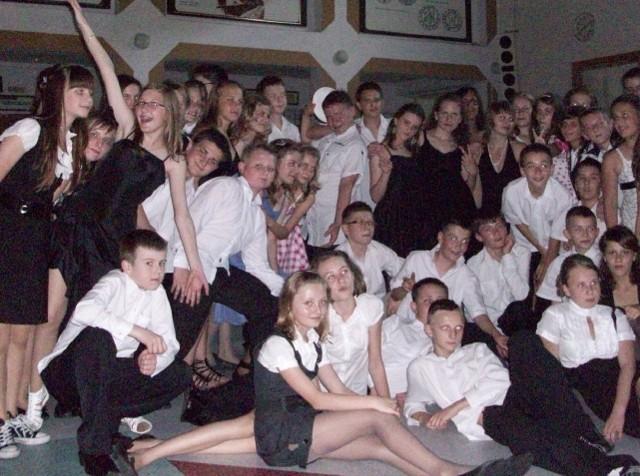W szkole podstawowej nr 14 w odbył się bal zakończeniowy. Szóstoklasiści zatańczyli tradycyjnego poloneza, później brali udział w zabawach i tańcach.