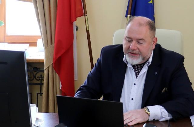 - Na pewno wypadałoby w co niektórych jednostkach i co niektórym osobom podnieść wynagrodzenia. Ale możliwości mamy, jakie mamy – mówił na sesji burmistrz Waldemar Paluch.