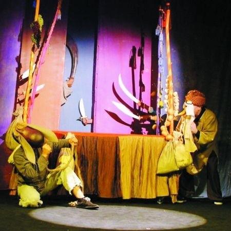 Na scenie grają aktorzy, lalki i... owoce z bazaru
