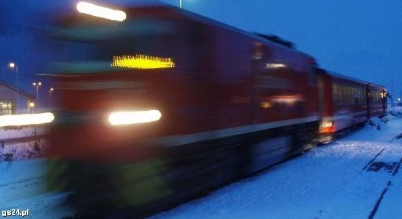 16-latek wypadł z pociągu pędzącego 100 km na godzinę.