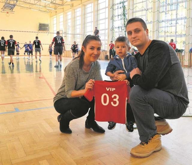 Alan z rodzicami, a w tle zwycięska drużyna ZSTE Myślenice