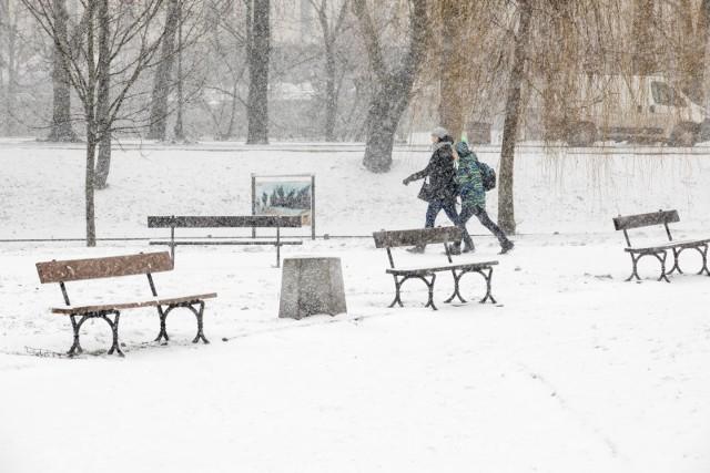 Prognoza pogody na nadchodzący marcowy weekend. Zima nie powiedziała jeszcze ostatniego słowa. W piątek zacznie padać śnieg, a termometry pokażą nawet kilkanaście stopni poniżej zera.Po epizodzie wiosny nad Łódź i region łódzki nadciąga lodowate powietrze znad Morza Barentsa. Już w środę 14 marca słupki termometrów z trudem przekroczą 5 stopni, a w piątek wieczorem zacznie intensywnie padać śnieg.Sprawdź, w które niedziele nie zrobisz zakupów