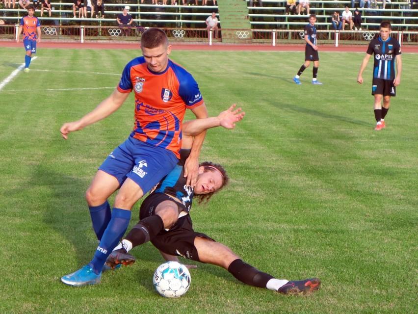 MKS Kańczuga (pomarańczowo niebieskie stroje) przegrał z...