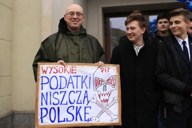Warszawa, akcja partii Wolność - Wysyłamy PIT-y w kosmos