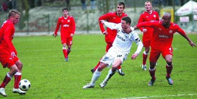 Piłkarze Widzewa Łódź (czerwone stroje) nie wiedzą jeszcze, gdzie będą grać w przyszłym sezonie. Jeżeli wystąpią w I lidze, konkurencja do awansu do ekstraklasy będzie jeszcze mocniejsza.