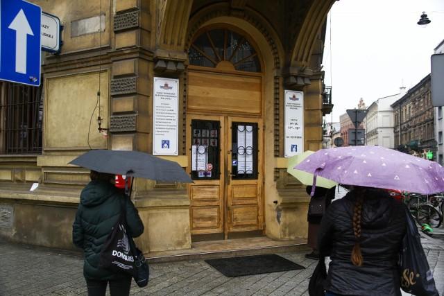 Do punktu sprzedaży biletów MPK przy ul. Podwale ustawiają się długie kolejki.