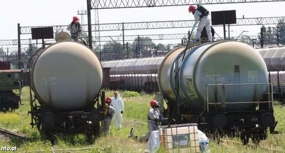 Z cysterny na bocznicy przy Armii Krajowej trzeba było przepompować około 50 ton kwasu solnego.