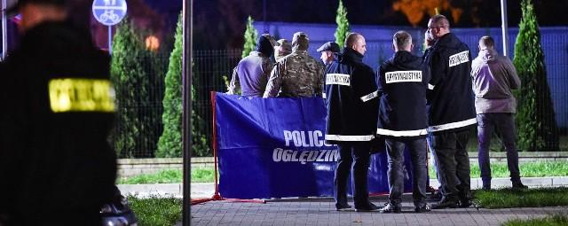 We wtorek (26 września) wieczorem na osiedlu Toruńskim w Inowrocławiu doszło do strzelaniny. Nieoficjalnie dowiedzieliśmy, że funkcjonariusze Centralnego Biura Śledczego Policji prowadzili tam akcję zatrzymania groźnego przestępcy. Jak wczoraj wieczorem podało RMF, mężczyzna kilka miesięcy temu strzelał do policjantów w Warszawie. Sprawa ma mieć też związek z handlem narkotykami.- Padło wiele strzałów. Policjanci i bandyci gonili się między blokami - relacjonowali nam wczoraj mieszkańcy osiedla Toruńskiego.Koniecznie zobacz też: Strzelanina w Inowrocławiu. Mieszkańcy: Jak w filmie akcji! [zdjęcia]- Nawet z klatki schodowej nie można wyjść. Cały czas policja, krzyki, sygnały... jak w filmie akcji - pisała na Facebooku Beata, jedna z mieszkanek osiedla.- Wyszłam na spacer z psem. Nagle usłyszałam kanonadę strzałów. Grupa policjantów w cywilu goniła przestępcę. Chwilę później widziałam policjanta leżącego w kałuży krwi. Bardzo się bałam - wyznaje starsza kobieta. Ulica Marii Skłodowskiej-Curie w Inowrocławiu przez całą noc byłą zamknięta i obstawiona przez policję. - Rzeczywiście, przez całą noc trwały tam czynności - mówi nam dziś kom. Iwona Jurkiewicz, rzecznik prasowy komendanta CBŚP. - Funkcjonariusze zabezpieczali ślady, które mogą pomóc w ustaleniu okoliczności i charakteru tego zajścia.A jak doszło do strzelaniny? - Więcej informacji będziemy mogli udzielić po południu - mówi rzeczniczka CBŚP. - Na razie mogę powiedzieć, że doszło do wymiany ognia. Napastnik zaczął strzelać do policjantów, dwóch z nich zostało rannych. Mają obrażenia w różnych miejscach ciała, są pod opieką lekarzy, ich życiu nie zagraża niebezpieczeństwo.Z nieoficjalnych informacji wiemy, że policjanci zostali ranieni między innymi w twarz, bark i nogi.A co z przestępcą? - Policjanci ranili go w nogi. On także jest pod opieką lekarzy, dodatkowo również pod nadzorem policji - informuje kom. Iwona Jurkiewicz.Jak się dowiedzieliśmy nieoficjalnie, jest to kolejny zatrzymany w sprawie porwania bizne
