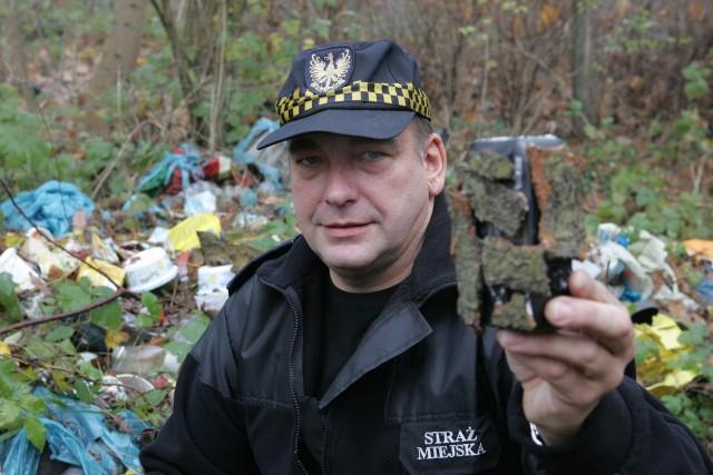 To, co ma w ręku Dariusz Jarzynka, to nie kamera. - To atrapa, którą też odstraszamy wandali i śmieciarzy. Jeśli ktoś ją ukradnie, to nie jest szkoda - mówią strażnicy.