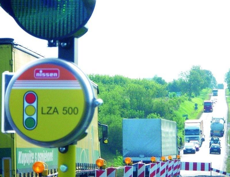 Drogą nr 63 jeździ mnóstwo ciężarówek. Kierowcy aut osobowych obawiają się, że na obecnym wahadle któraś z nich kiedyś nie wyhamuje z górki i najedzie na kolumnę oczekujących na zielone światło pojazdów.