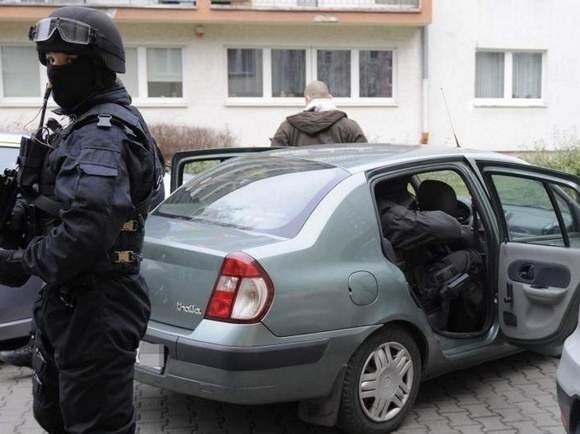 """Członkowie gangu """"kadafiego"""" eskortowani do Prokuratury Okręgowej. Budynek został obstawiony przez antyterrorystów."""