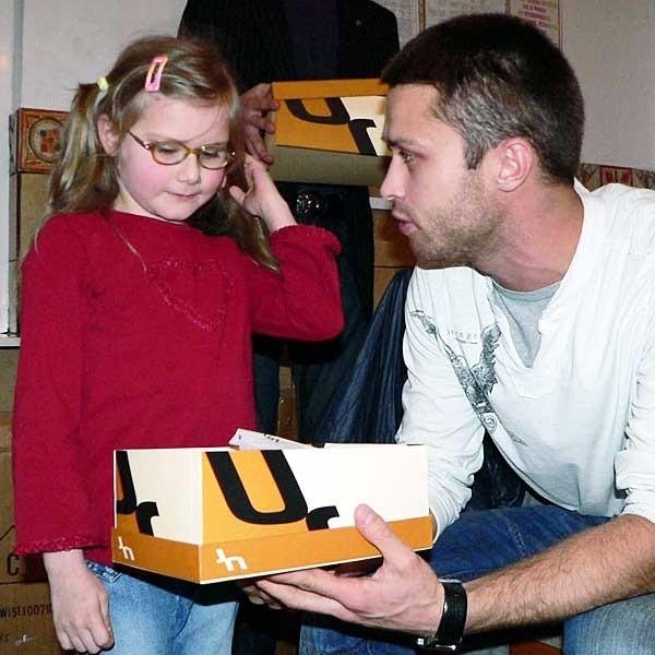 Maciej osobiście rozdawał dzieciom buty.