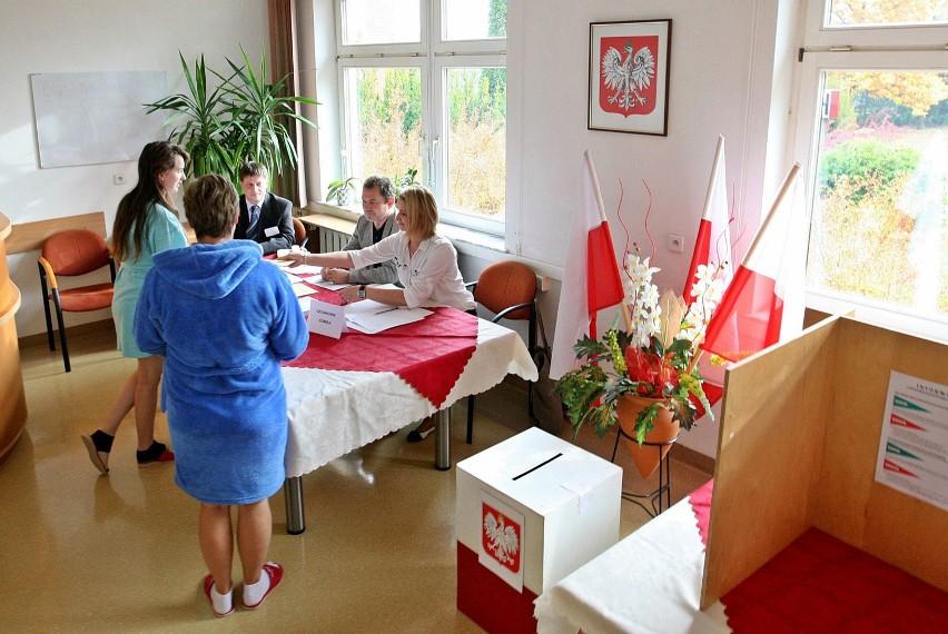 Wybory w Kościerzynie ( komisja wyborcza nr 12 w szpitalu)