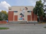 Gdańsk bez plastiku. Ekologiczny mural na fasadzie szkoły podstawowej nr 27 w Gdańsku. Namalował go Marek Looney Rybowski
