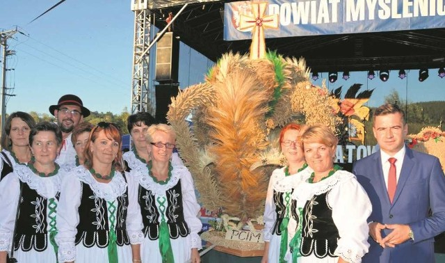 KGW z Trzebuni z wójtem Pcimia Piotrem Hajdukiem (na zdj. z prawej) i ze zwycięskim wieńcem