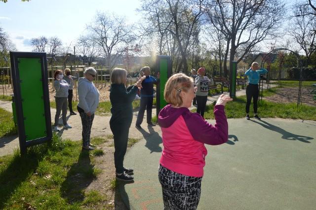 """W sobotę, 8 maja, w Parku Piastowskim w Zielonej Górze odbyło się kolejne spotkanie w ramach projektu Street Army Workout. Dzięki wsparciu urzędu miasta w każdą sobotę i niedziele organizowane są tutaj bezpłatne ćwiczenia dla seniorów i młodzieży pod okiem profesjonalnego trenera. Dzięki ruchowi na świeżym powietrzu mieszkańcy mogą zażyć trochę poćwiczyć dla zdrowia, a przy okazji oczyścić umysł! - O zajęciach dowiedziałam się z mediów - twierdzi pani Franciszka, którą spotkaliśmy na miejscu. - Przyszłam już drugi raz, bardzo mi się to podoba, człowiek może się trochę poruszać. Nie jest to sport wyczynowy, ale na pewno warto trochę poćwiczyć dla zdrowia - przekonuje zielonogórzanka.Zajęcia dla seniorów odbywają się o godz. 9.00 rano. Z kolei na godz. 10.00 organizatorzy zapraszają młodzież. Wideo: Co dalej z """"Galerią pod Topolami"""" w Zielonej Górze?"""