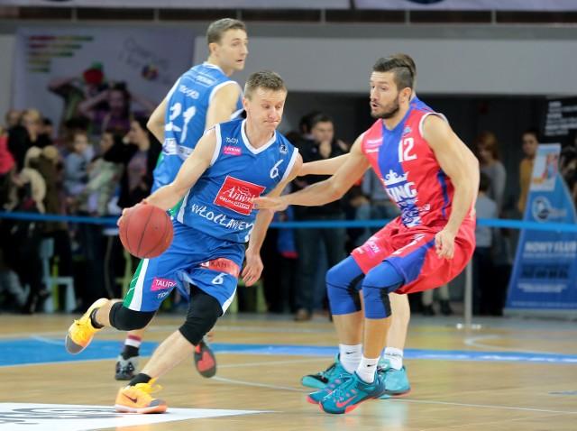 Robert Skibniewski (przy piłce) zadebiutuje dziś w barwach King Szczecin.