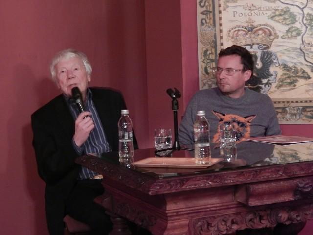 """Tadeusz Rolke (z lewej) w zawodzie fotografa jest już 60 lat. Obok Piotr Stasik, reżyser filmu """"Dziennik z podróży"""", którego bohaterem jest Rolke."""