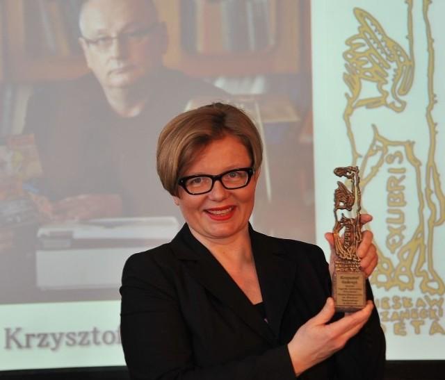 Ewa Gedroyć w imieniu męża Krzysztofa odebrała statuetkę XXII Nagrody Literackiej Prezydenta Miasta Białegostoku im. Wiesława Kazaneckiego.