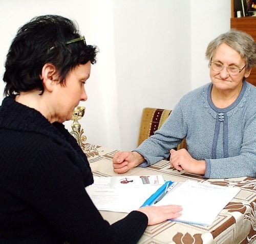 Zdzisława Rudnicka (po prawej) i Ewa Zapotoczna, współpracująca z kołem położna, podczas przygotowywania wniosku potrzebnego do uzyskania pomocy z Urzędu Miasta.