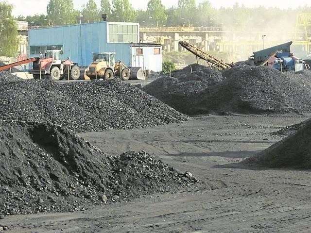 W Białych Błotach zalega 40 tys. ton węgla. Hałd nie można ruszyć, bo o paliwo spiera się dwóch wierzycieli spółki. A pracownicy Składówwęgla.Pl mówią, że są poszkodowani, bo nie dostali wypłaty.