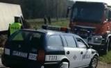 Działdowo: Samochód z trzodą chlewną wywrócił się na przejściu kolejowym (wideo)