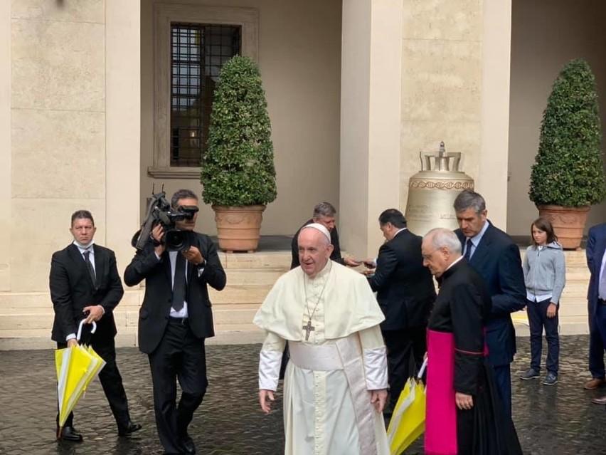 """Papież Franciszek pobłogosławił w Watykanie dzwon """"Głos Nienarodzonych"""", który powstał w Przemyślu."""