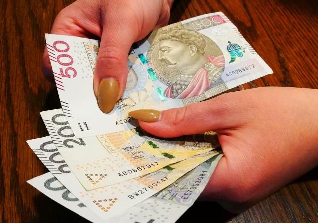 Waloryzacja emerytur - o ile w marcu 2021 wzrośnie Twoje świadczenie? Rząd podał ostateczny wskaźnik. Sprawdź wyliczenia w galerii.Wskaźnik waloryzacji ustalono na poziomie 104,24 proc. Wyliczenia dla konkretnych emerytur znajdziesz na kolejnych slajdach.Przesuń zdjęcie gestem lub naciśnij strzałkę w prawo